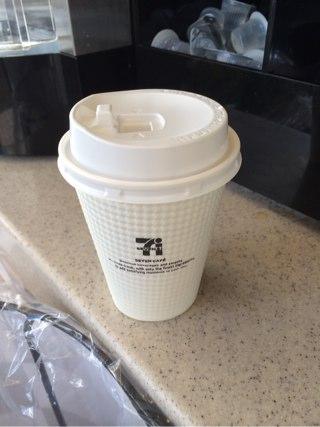 蓋の付いたコーヒー