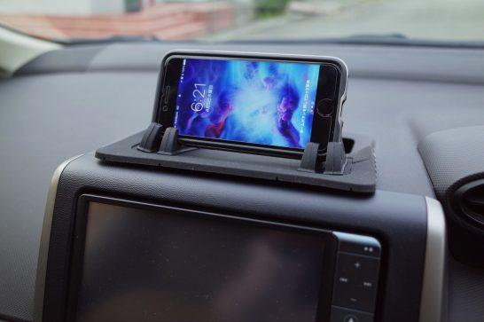 [iPhone]「シリコンスマートフォン車載ホルダー」をダッシュボードに載せて車を運転してみたよ