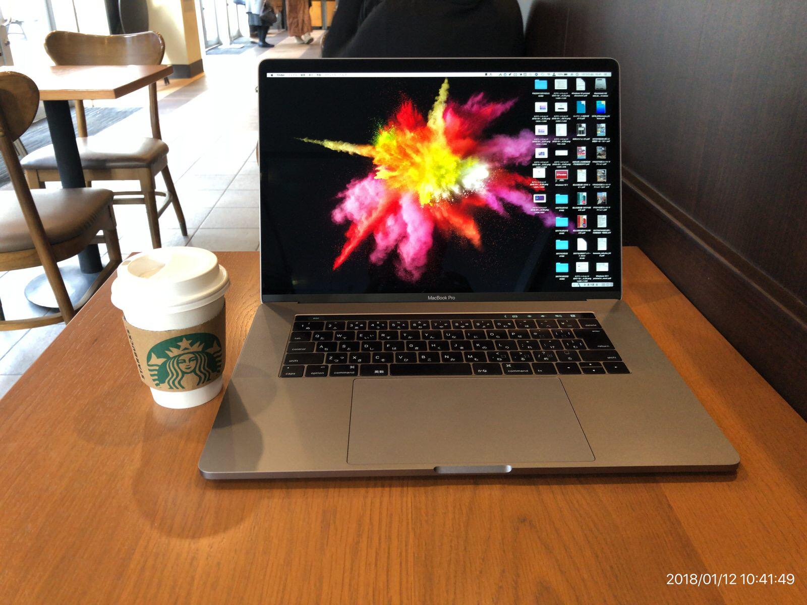 [スターバックス]スターバックスでコーヒーを飲みながら休憩しています